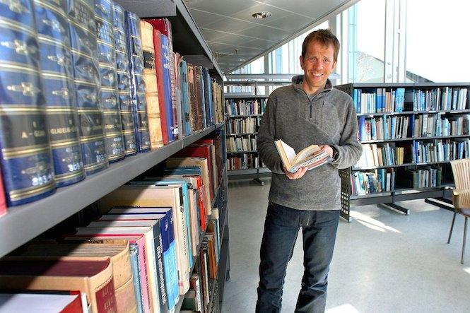 Harald Dag Jølle w bibliotece