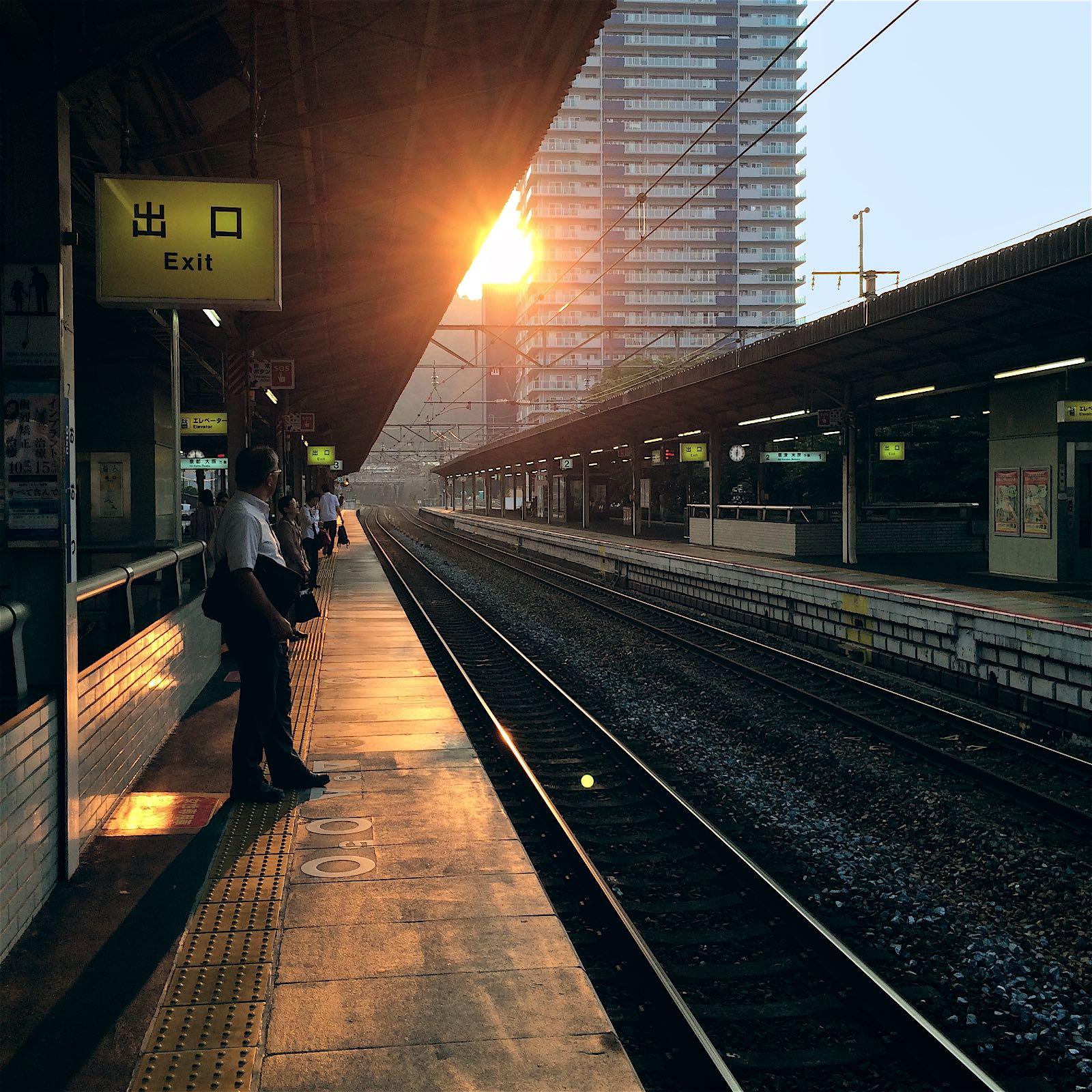 Zdjęcie mężczyzny na stacji w drodze do Tokyo